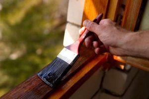Cómo barnizar las ventanas de madera exteriores